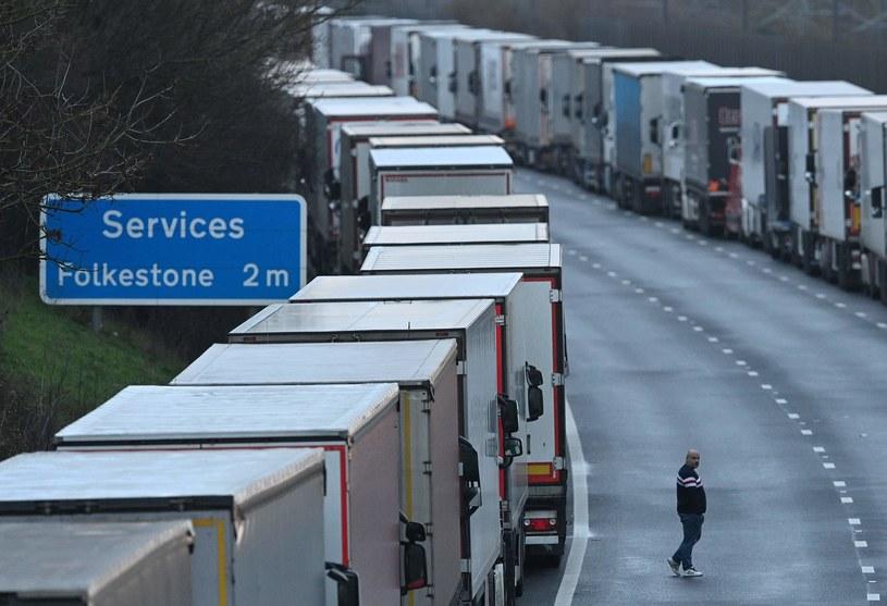 Politycy podjęli decyzję o odblokowaniu brytyjsko-francuskiej granicy, ale korek może jeszcze potrwać nawet trzy dni. /JUSTIN TALLIS / AFP /AFP