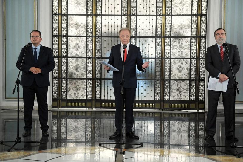 Politycy Porozumienia, od lewej: Arkadiusz Urban, Włodzimierz Tomaszewski i Jacek Szczot podczas konferencji prasowej /Radek  Pietruszka /PAP