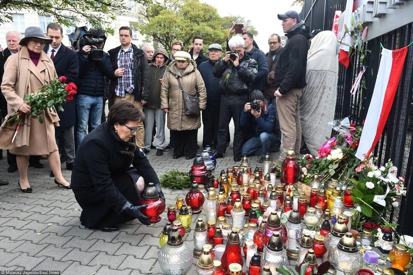 Politycy zapalają znicze pod ambasadą Francji w Warszawie /Mateusz Jagielski /East News