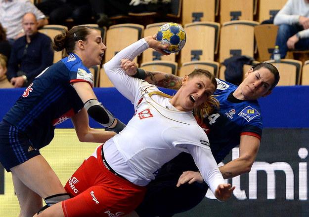 Polka Joanna Drabik (C) oraz Alexandra Lacrabere (P) i Camille Ayglon Saurina (L) z Francji podczas meczu grupy B mistrzostw Europy piłkarek ręcznych /Marcin Bielecki /PAP