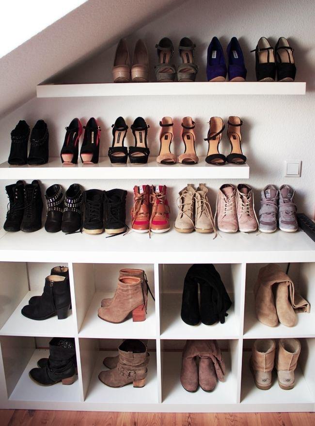 Półka na buty pod schodami /© Photogenica