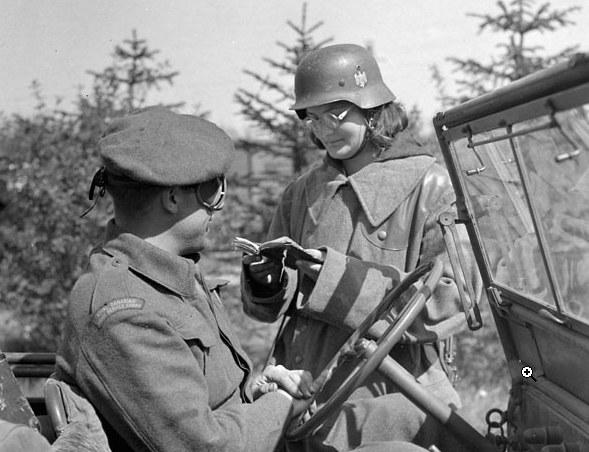 Polka w mundurze niemieckim sprawdza dokumenty przy wjeździe do Maczkowa (Haren) /Library and Archives of Canada /Wikimedia