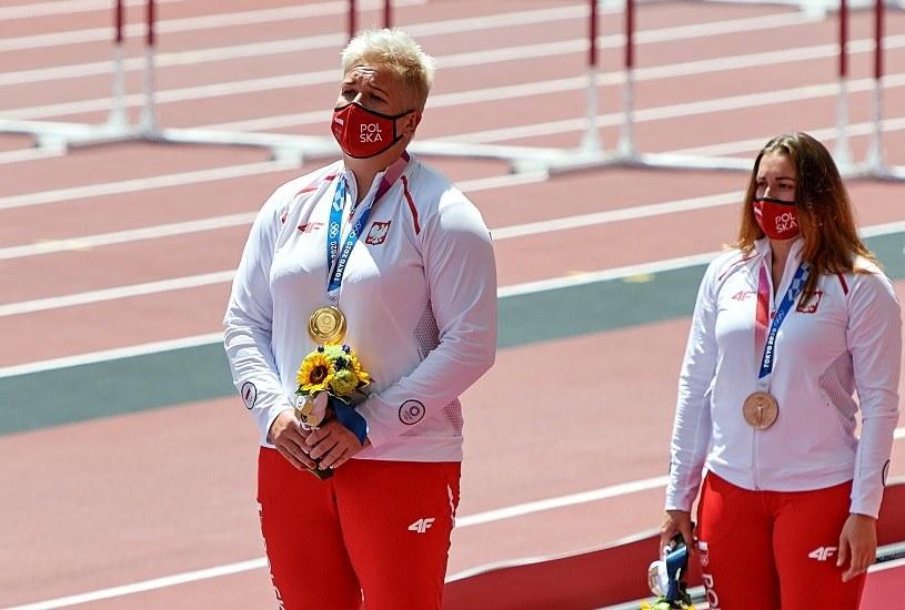 Polki Anita Włodarczyk (złoty medal - L) i Malwina Kopron (brązowy - P) w rzucie młotem na igrzyskach w Tokio /PAP