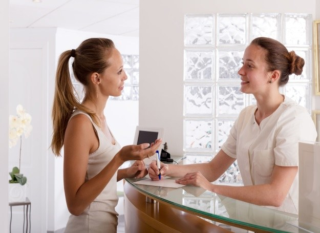 Polki coraz częściej korzystają z zabiegów medycyny estetycznej /123RF/PICSEL
