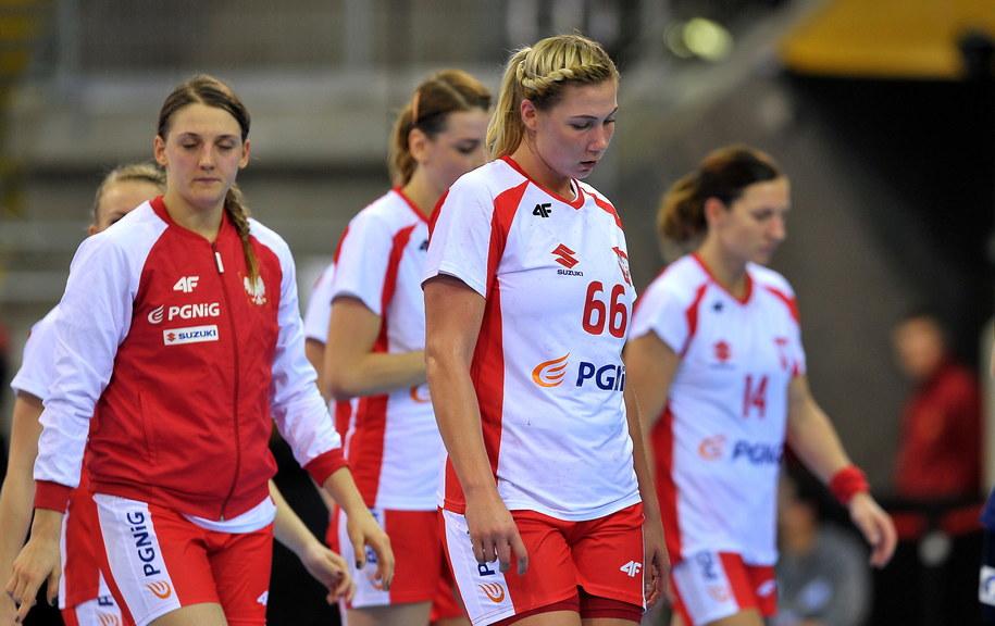 Polki Joanna Drabik (L) i Joanna Szarawaga (P) po meczu grupy B mistrzostw świata w piłce ręcznej z Norwegią /PAP/Marcin Bielecki /PAP