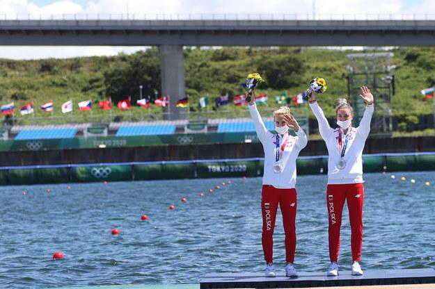 Polki Karolina Naja (P) i Anna Puławska (C) cieszą się ze zdobycia srebrnego medalu w finale K2 500 m w kajakarskich regatach / Leszek Szymański    /PAP