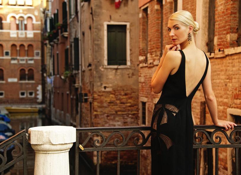 Polki kochają czerń. Najchętniej wybieramy czarne sukienki /123RF/PICSEL