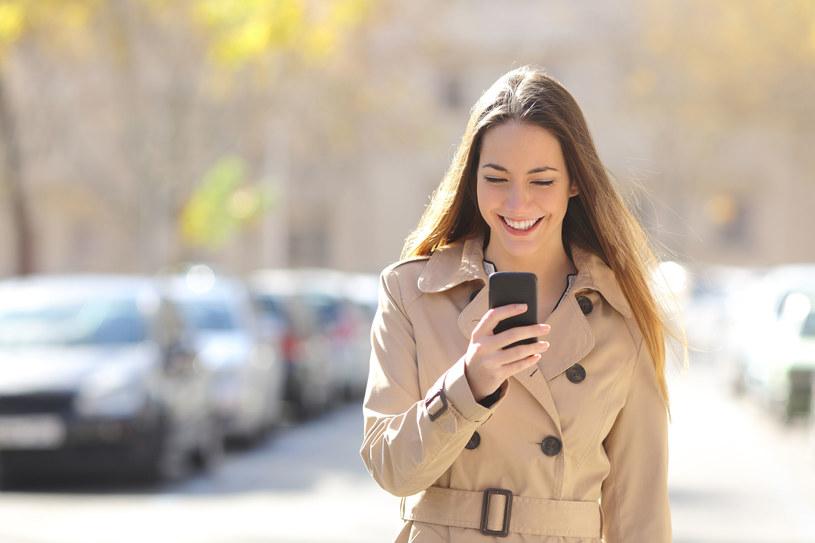 Polkomtel, podobnie jak inni operatorzy, znosi opłaty za roaming /123RF/PICSEL