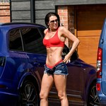 Półnaga Danielle Lloyd myje samochód