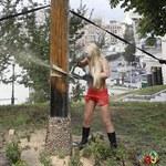 Półnagie aktywistki Femen zniszczyły krzyż
