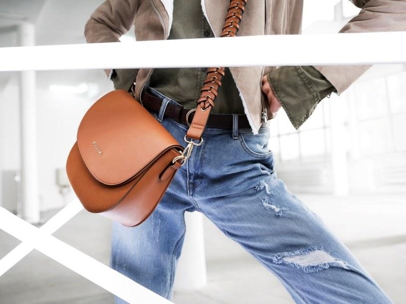 Półokrągła  torebka na ramię w stylu boho doskonale uzupełni każdą stylizację /materiały prasowe