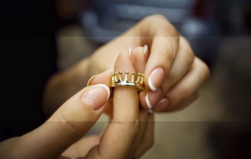 Połowa badanych kobiet deklaruje, że w pierwszej kolejności sprzedaje biżuterię /123RF/PICSEL