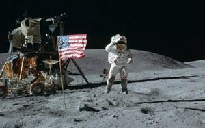 Połowa Brytyjczyków nie wierzy w lądowanie na Księżycu