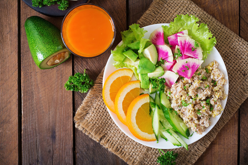 Połowę każdego posiłku powinny stanowić owoce i warzywa /123RF/PICSEL