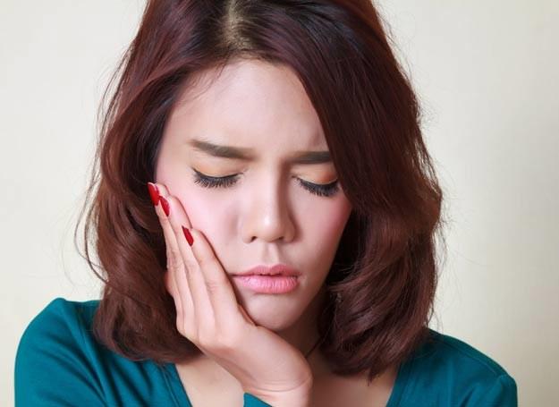Połóż zimny okład na twarz w miejscu nad chorym zębem. Zimno spowolni rozwój procesu zapalnego /Picsel /123RF/PICSEL