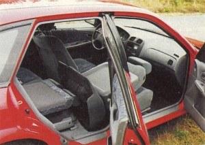 Położenie prawego oparcia wyśmienicie zwiększa możliwość przewiezienia wyjątkowo długich przedmiotów. W tym przypadku zabrakło jednak konsekwencji, bo pionowo ustawiana poduszka tylnego siedzenia wystaje ponad oparcia. /Mazda