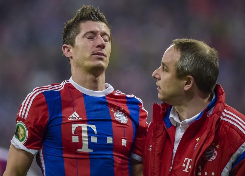 Półprzytomny Robert Lewandowski po starciu z bramkarzem Borussii Dortmund /AFP