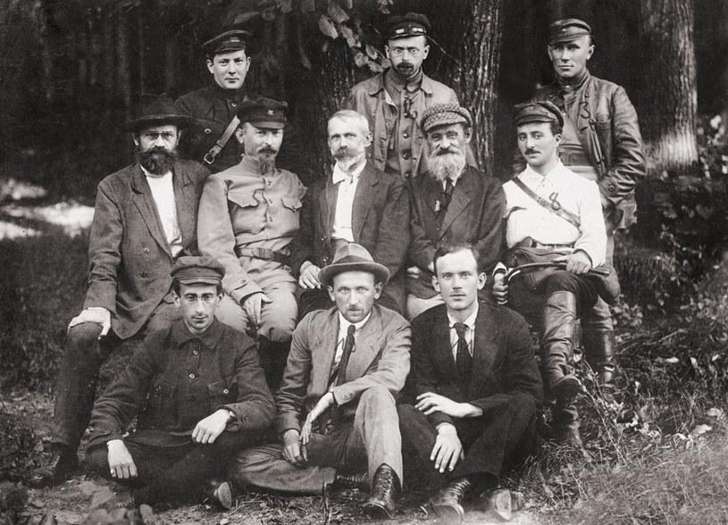 Polrewkom, początek sierpnia 1920. W środkowym rzędzie od lewej: Iwan Skworcow-Stiepanow, Feliks Dzierżyński, Julian Marchlewski, Feliks Kon /domena publiczna
