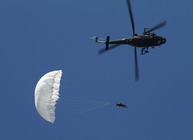 Polscy i kanadyjscy spadochroniarze wykonali 124 skoki na wodę/fot. Grzegorz Pustelnik /