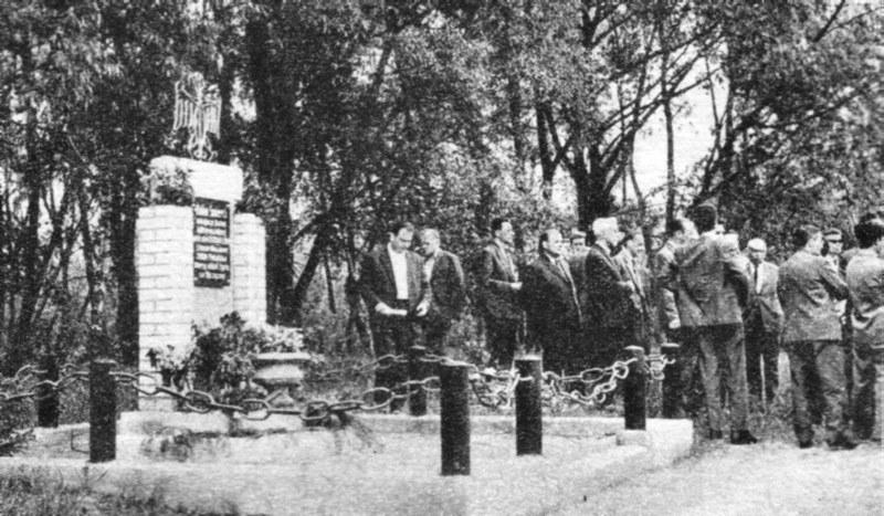 Polscy i zagraniczni dziennikarze przy pomniku w miejscu kaźni Dolinie Śmierci. 1962 r. Fot. Tadeusz Galec, Archiwum historiachojnic. com /