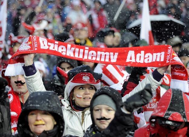 Polscy kibice dziękują Małyszowi podczas pożegnalnego konkursu w Zakopanem  fot: Grzegorz Momot /PAP