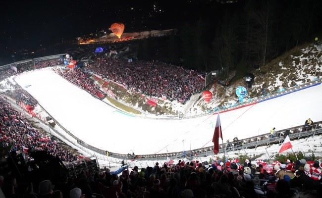 Polscy kibice podczas konkursu drużynowego Pucharu Świata w skokach narciarskich na Wielkiej Krokwi w Zakopanem /Grzegorz Momot /PAP