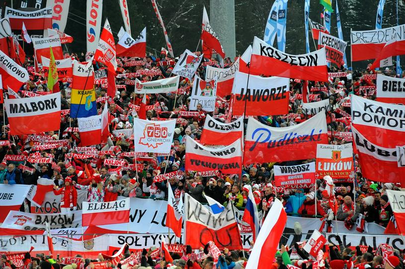Polscy kibice skoków narciarskich od lat tworzą niepowtarzalną atmosferę pod Wielką Krokwią w Zakopanem /MAREK DYBAS/REPORTER /East News