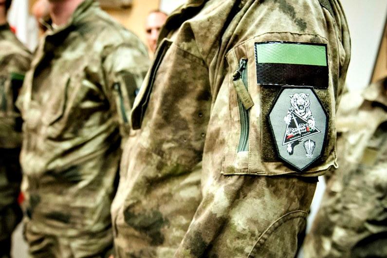 Polscy komandosi z Lublińca przygotowali dla swoich podopiecznych oznakę rozpoznawczą. Przedstawia tygrysa z otwartym pyskiem, który trzyma w łapach symbol jednostki /st. chor. szt. Adam Roik /Polska Zbrojna