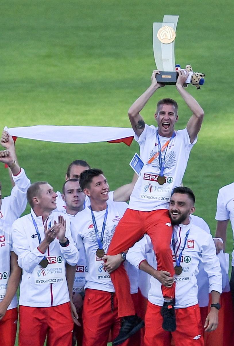 Polscy lekkoatleci zwyciężyli w drużynowych mistrzostwach Europy. Trofeum trzyma Marcin Lewandowski /Paweł Skraba /PAP