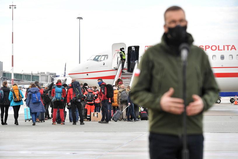 Polscy medycy przygotowują się do wylotu na Słowację. /Piotr Nowak /PAP