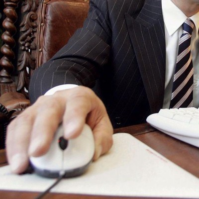 Polscy menedżerowie chętnie sięgają po różne techniczne nowości (iPody, smartphony, laptopy) /AFP