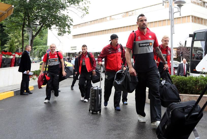 Polscy piłkarze Maciej Rybus (L), Adam Matuszczyk (2L), Robert Lewandowski (2P) i Marcin Wasilewski (P) wchodzą do hotelu po przyjeździe do Kiszynowa /Radek Pietruszka (PAP) /PAP