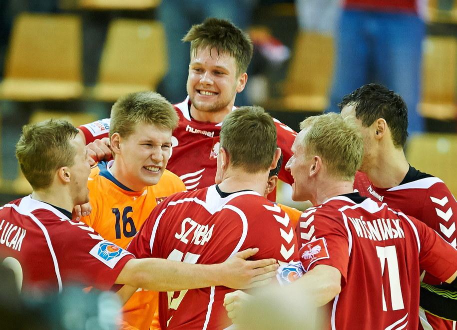 Polscy piłkarze ręczni cieszą się ze zwycięstwa nad Szwecją /Adam Warżawa /PAP/EPA