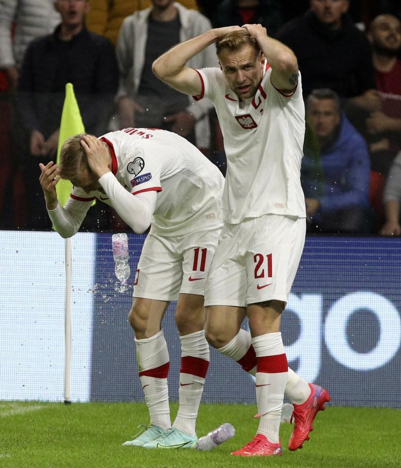 Polscy piłkarze zostali obrzuceni różnymi przedmiotami /Associated Press /East News