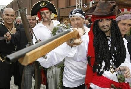 Polscy piraci niebawem nie będą mogli już czuć się bezpiecznie. MSWiA zapowiada odcinanie sieci /AFP