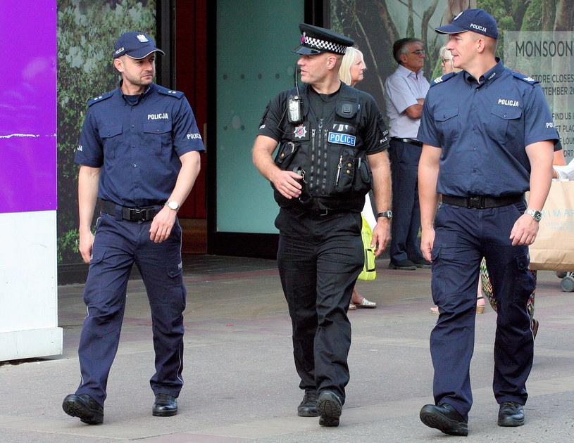 Polscy policjanci z Komendy Głównej Policji sierż. szt. Dariusz Tybura (P) i podkom. Bartosz Czernicki (L) wraz z brytyjskim policjantem patrolują ulice w Harlow /Jakub Krupa /PAP