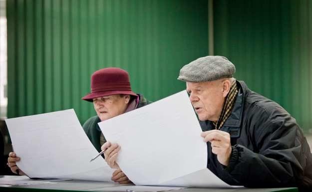 Polscy seniorzy są mało aktywni politycznie /AFP