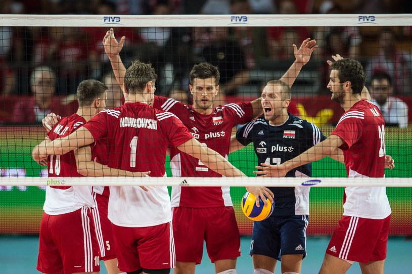 Polscy siatkarze cieszą się z punktu podczas meczu z Australią /Maciej Kulczyński /PAP