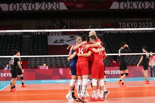 Polscy siatkarze podczas meczu z Japonią na igrzyskach olimpijskich w Tokio / Leszek Szymański    /PAP/EPA