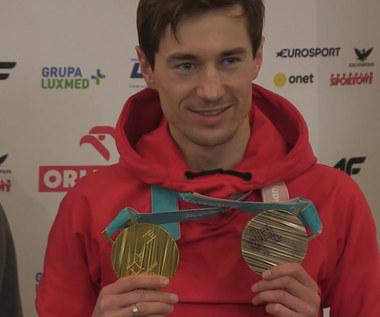 Polscy skoczkowie prezentują medale z Pjongczangu. Wideo