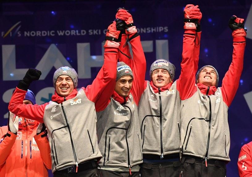 Polscy skoczkowie triumfują na mistrzostwach świata w Lahti. Od lewej: Kamil Stoch, Maciej Kot, Dawid Kubacki i Piotr Żyła /AFP