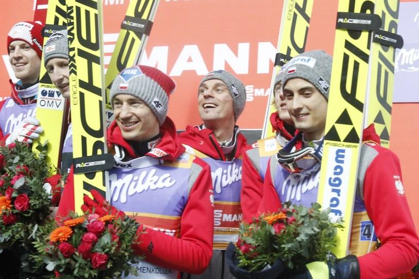 Polscy skoczkowie w sobotę zajęli trzecie miejsce w konkursie drużynowym /Terje Bendiksby /PAP/EPA
