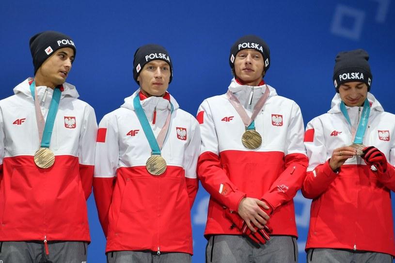 Polscy skoczkowie z brązowymi medalami igrzysk w Pjongczangu. Od lewej: Maciej Kot, Stefan Hula, Dawid Kubacki i Kamil Stoch /AFP
