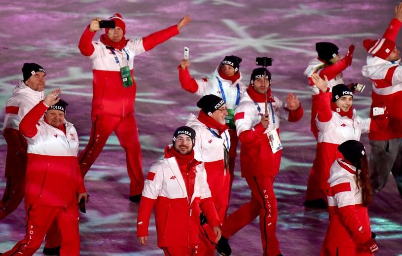 Polscy sportowcy podczas ceremonii zamknięcia igrzysk olimpijskich w Pjongczangu /PAP/EPA