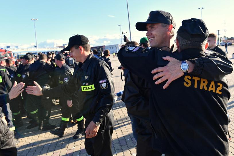 Polscy strażacy po powrocie ze Szwecji do Świnoujścia / Marcin Bielecki    /PAP