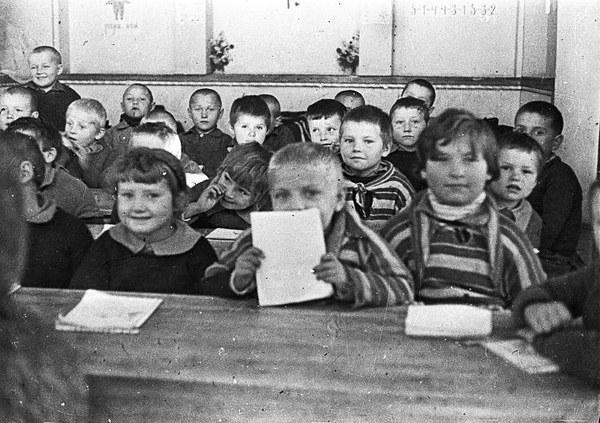 """7.01.1943, Isfahan, nazwany w czasie wojny """"miastem polskich dzieci""""; uczniowie I klasy szkoły powszechnej"""