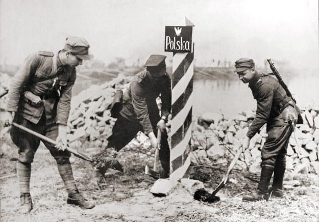 Polscy żołnierz wkopują słup graniczny na Odrze w 1945 roku /Marek Skorupski /Agencja FORUM