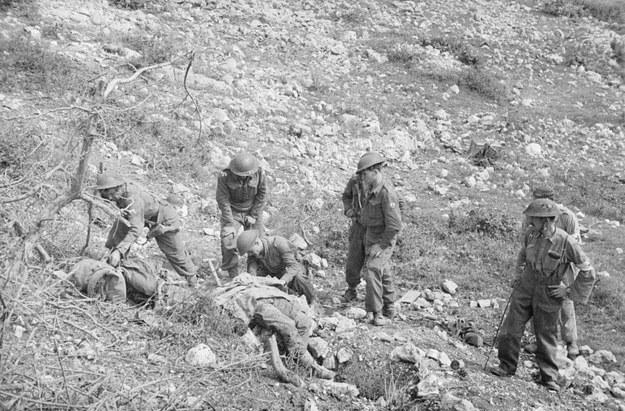 Polscy żołnierze chowają poległych pod Monte Cassino. Czy był sens wykrwawiać Polaków wiedząc o ustaleniach z Teheranu? /Z archiwum Narodowego Archiwum Cyfrowego