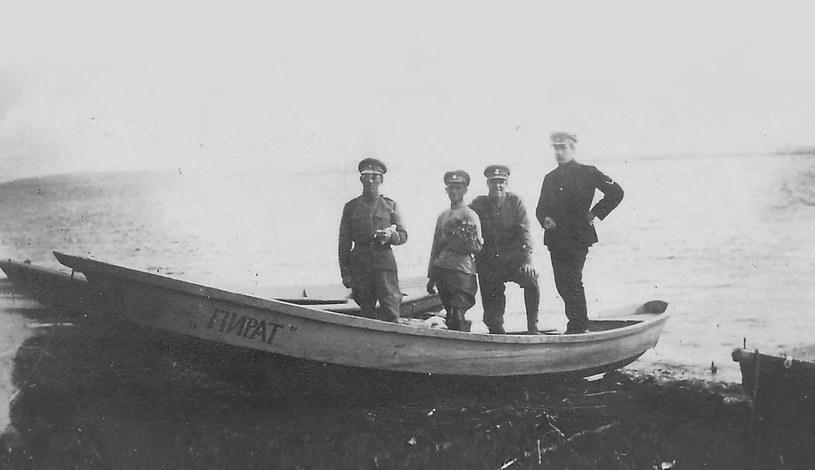 Polscy żołnierze na łodzi Pirat w Nowonikołajewsku /domena publiczna