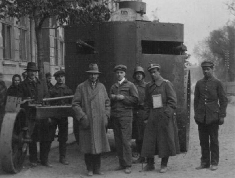 Polscy żołnierze we Lwowie. Widoczne są mundury i wyposażenie armii niemieckiej, austriackiej i legionów /domena publiczna